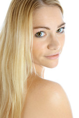 Hübsche Frau mit langen blonden Haaren