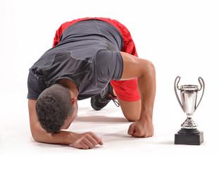Atleta deportista agotado y victorioso.