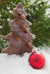 sapin en bois et boule de Noël