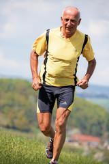 Jogger trainiert für Fitness mit Laufen
