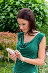 Frau hört Musik am Handy