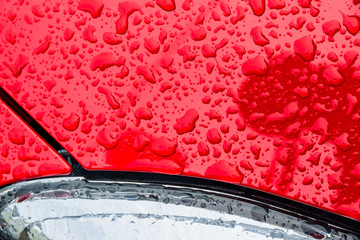 Tropfen von Wasser auf Autolack