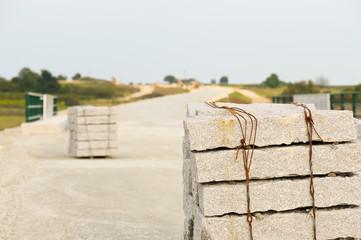 Randsteine auf Baustelle im Straßenbau
