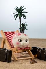 Sparschwein im Liegestuhl