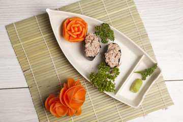 sushi dans une assiette bateau