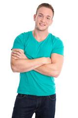 Glücklicher junger Mann freigestellt in Shirt grün
