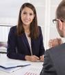 Karriere: Erfolgreiche junge Business Frau mit Kunde im Gespräch