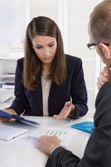 Geschäftliche Besprechung: Mann und Frau im Büro