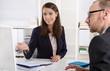 Zwei Geschäftsleute im Gespräch: blicken auf Bildschirm