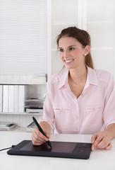Beruf: Bildbearbeitung: Frau mit Grafik Tablet