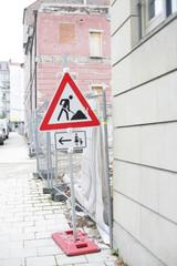 Baustellenschild vor Baustelle