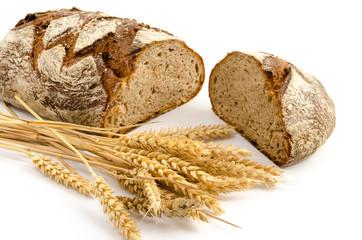 Toskanisches Landbrot und Weizenähren