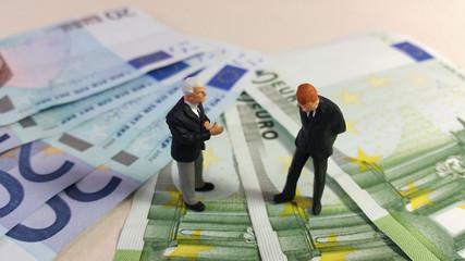 Risques financiers : 2 hommes qui discutent