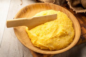 polenta gialla su piatto di legno