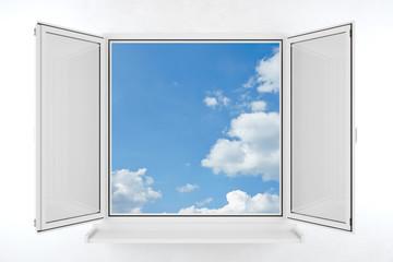 Offenes Fenster mit blauem Himmel