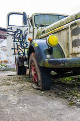 Alter LKW mit platten Reifen