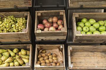 Cajas de madera con fruta.