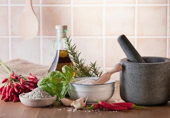 Küchenkräuter und Olivenöl