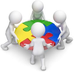 vier Männchen Teamwork Puzzleteile