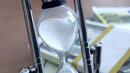 The video shows hourglass with banknotes