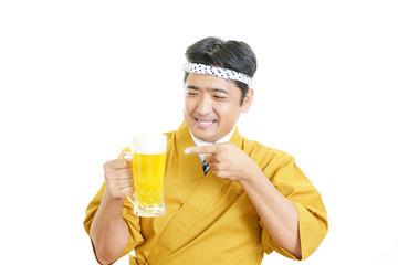 ビールを持つ笑顔のウェイター