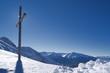canvas print picture - Gipfelkreuz im Schnee mit Bergen und blauem Himmel