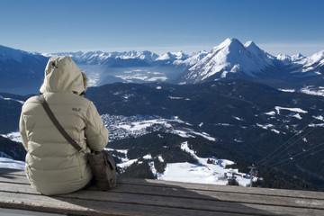 Blick ins Tal mit Bergen Himmel und Person im Vordergrund