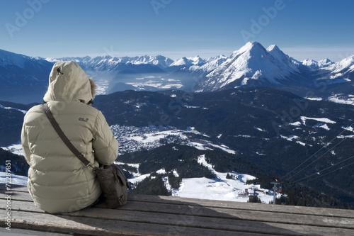 canvas print picture Blick ins Tal mit Bergen Himmel und Person im Vordergrund