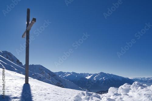canvas print picture Gipfelkreuz im Schnee mit Bergen und blauem Himmel