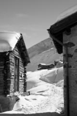 Verschneite Landschaft mit alten Häusern und Himmel