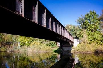 alte Brücke im Herbst