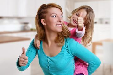 Frau hat Spaß mit ihrer Tochter