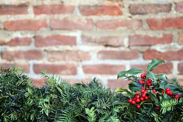 weihnachtliche dekoration vor ziegelwand