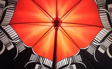 Lichtreflexe im Regenschirm