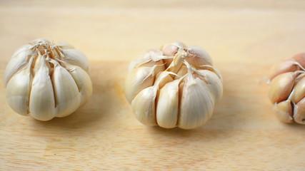 camera dolly, garlic on wood