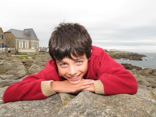 sur un rocher un enfant