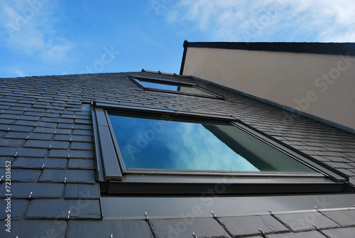 lucarne sur toiture en ardoise