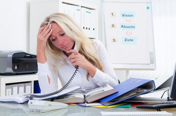 gestresste geschäftsfrau am telefon
