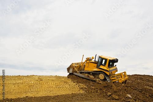 Planierraupe bei der Arbeit auf Baustelle