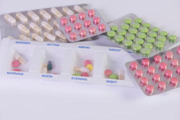 verschiedene Pillen isoliert auf weiß