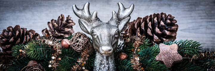 hirschkopf weihnachtlich dekoriert