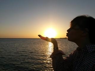 Frau küsst Sonne