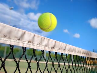 Pelota de tenis sobre la red