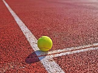 Pelota de tenis sobre la pista