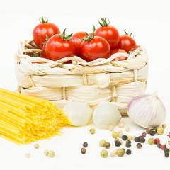 frische kleine tomaten mit spaghetti ind gewürzen