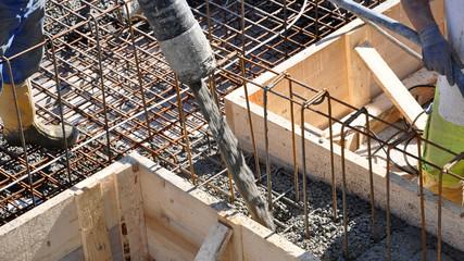 bauarbeiter beim betonieren