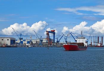 Transportschiff vor Industriehafen