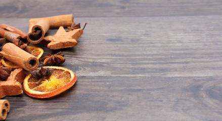 Trockenobst auf Holzhintergrund
