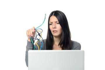 Frau im Büro hält Kabel vom Computer