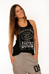 junge Frau in schwarzem Shirt